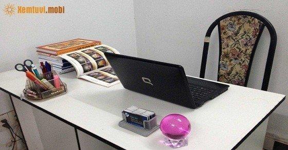 Cầu thủy tinh trên bàn làm việc