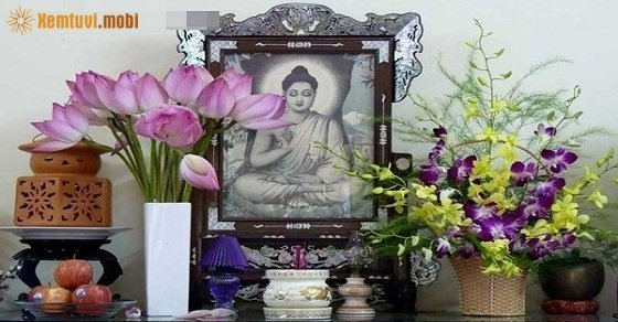 Những loại hoa thường được dâng lên ban thờ là Huệ, Hồng, Cúc, Sen