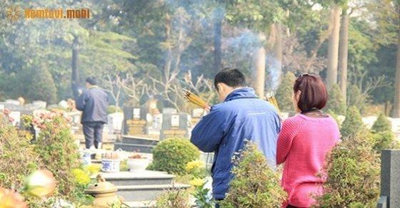 Sau khi làm lễ tại mộ phần xong, gia chủ trở về nhà làm lễ gia thần và gia tiên