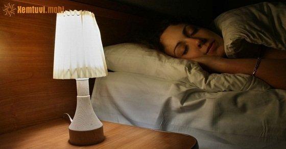 Tắt điện toàn bộ khi đi ngủ khiến cho âm khí dễ tích tụ, cát khí bị âm khí lấn át