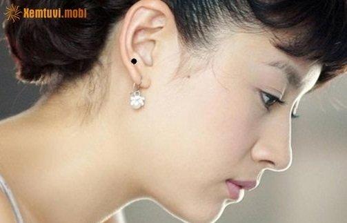 Nốt ruồi trên tai phải được coi là vận bang phu