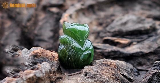 Mặt dây chuyền làm từ đá hồ ly ngọc bích vô cùng quý phái